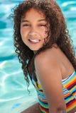 Niño Biracial afroamericano de la muchacha en piscina fotos de archivo