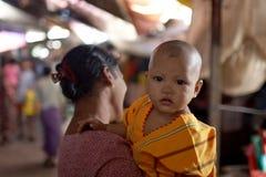 Niño birmano con la madre imagenes de archivo