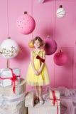 Niño bonito de la muchacha 6 años en un vestido amarillo El bebé en sitio de cuarzo de Rose adornó día de fiesta Imagen de archivo libre de regalías