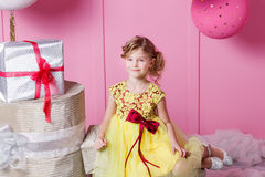 Niño bonito de la muchacha 6 años en un vestido amarillo El bebé en sitio de cuarzo de Rose adornó día de fiesta Imágenes de archivo libres de regalías