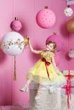 Niño bonito de la muchacha 6 años en un vestido amarillo El bebé en sitio de cuarzo de Rose adornó día de fiesta Fotos de archivo