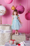 Niño bonito de la muchacha 4 años en un vestido azul El bebé en sitio de cuarzo de Rose adornó día de fiesta Imágenes de archivo libres de regalías