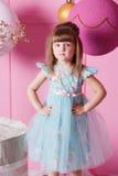 Niño bonito de la muchacha 4 años en un vestido azul El bebé en sitio de cuarzo de Rose adornó día de fiesta Fotografía de archivo