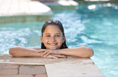 Niño bonito feliz de la muchacha que sonríe en piscina Imagen de archivo libre de regalías