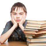 Niño cansado con la pila de libros fotos de archivo libres de regalías