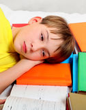 Niño cansado con libros Fotografía de archivo libre de regalías
