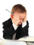 Niño cansado en el escritorio de la escuela Imagenes de archivo