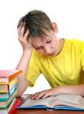 Niño cansado en el escritorio de la escuela Imágenes de archivo libres de regalías
