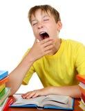 Niño cansado en el escritorio de la escuela Foto de archivo libre de regalías