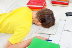 Niño cansado que hace la preparación Imagen de archivo libre de regalías