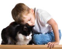 Niño cariñoso con el gato Fotos de archivo libres de regalías