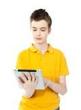 Niño caucásico joven que trabaja en la PC de la tableta Foto de archivo