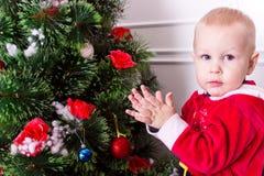 Niño cerca del árbol de navidad fotos de archivo