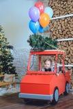 Niño cerca del árbol de navidad Imagen de archivo