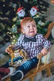 Niño cerca del árbol de navidad Imagen de archivo libre de regalías