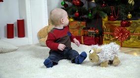 Niño cerca del árbol de navidad almacen de video