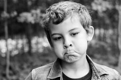 Niño con béisbol del playin de las expresiones faciales fotografía de archivo libre de regalías