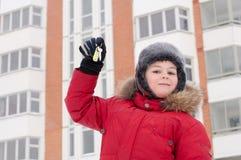 niño con claves en fondo de un nuevo hogar Fotos de archivo libres de regalías