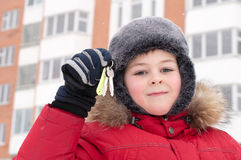 Niño con claves en fondo de un nuevo hogar Imagen de archivo libre de regalías