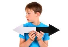 Niño con dos flechas Imagenes de archivo
