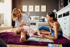 Niño con dos hembras que se divierten fotografía de archivo
