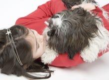 Niño con el animal doméstico del perro Imagen de archivo