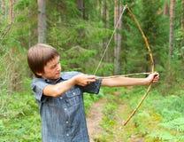Niño con el arco y la flecha hechos en casa Imagen de archivo libre de regalías