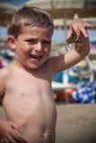 Niño con el cangrejo Fotos de archivo libres de regalías