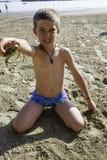 Niño con el cangrejo Imagen de archivo libre de regalías