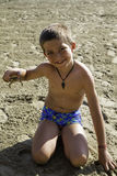 Niño con el cangrejo Foto de archivo