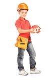 Niño con el casco que lleva a cabo un modelo de la casa Foto de archivo