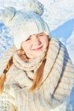 Niño con el casquillo de media en invierno foto de archivo libre de regalías
