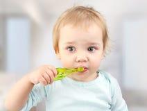 Niño con el cepillo de dientes, dientes de cepillado del niño imagenes de archivo