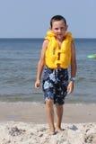 Niño con el chaleco salvavidas imagen de archivo libre de regalías