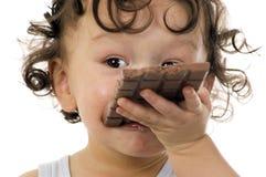 Niño con el chocolate. Foto de archivo