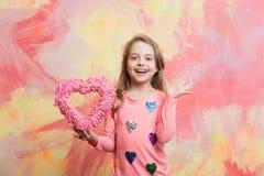 niño con el corazón decorativo del amor Imágenes de archivo libres de regalías
