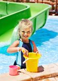 Niño con el cubo en piscina. Imagen de archivo