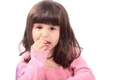 Niño con el diente flojo o el dolor fotografía de archivo