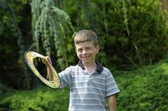 Niño con el disco volador fotos de archivo