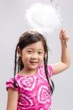 Niño con el fondo/el niño mágicos de la vara con la vara/el niño mágicos con la vara mágica en el fondo blanco Imagen de archivo
