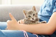 Niño con el gatito Imágenes de archivo libres de regalías