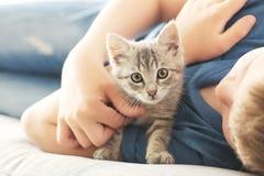 Niño con el gatito Fotos de archivo libres de regalías