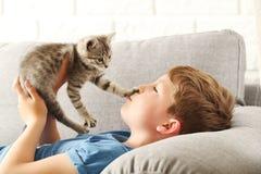 Niño con el gatito Fotografía de archivo