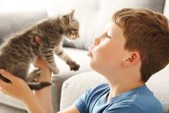 Niño con el gatito Foto de archivo libre de regalías