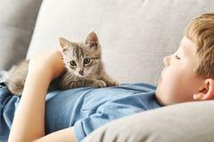 Niño con el gatito Foto de archivo