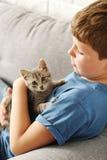 Niño con el gatito Imagen de archivo libre de regalías