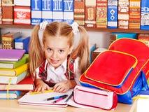 Niño con el libro de la pila. Foto de archivo libre de regalías