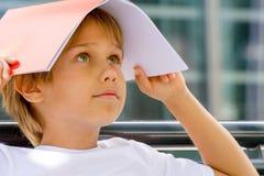 Niño con el libro en su cabeza imagen de archivo