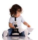 Niño con el microscopio imágenes de archivo libres de regalías