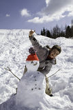 Niño con el muñeco de nieve Fotografía de archivo